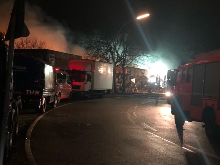 Großbrand in Hamburg-Wilhelmsburg - Abends