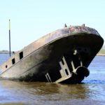 Das Schiffswrack Uwe am Strand von Hamburg-Blankenese